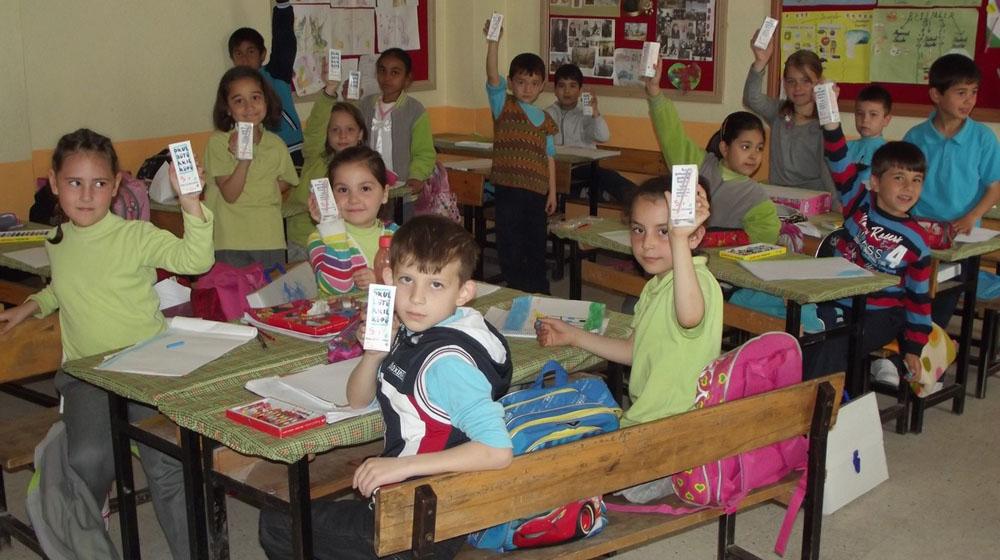 Manyas'ta okul sütü dağıtıldı!
