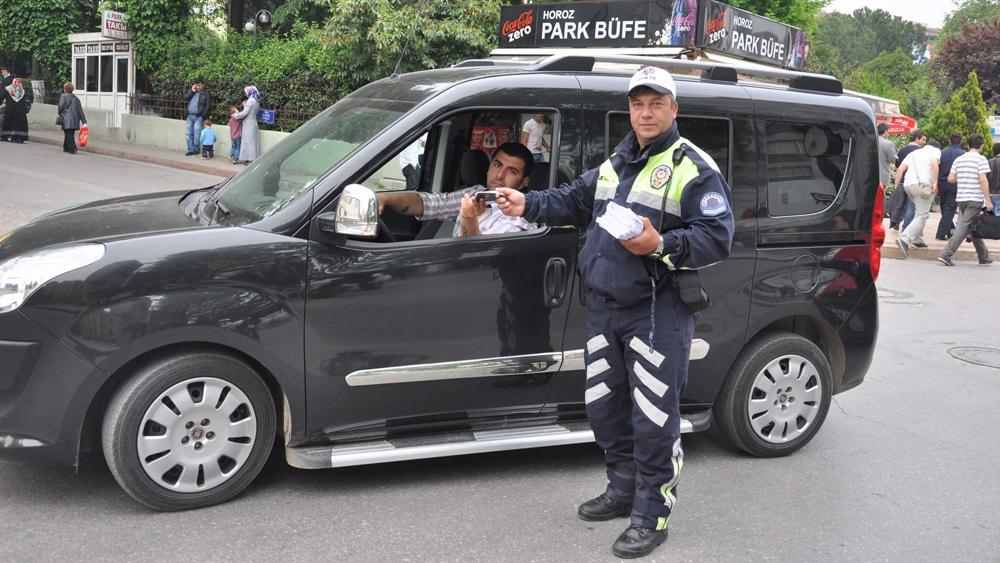 Trafik polisleri broşür dağıttı!