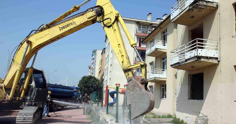 Jandarma lojmanlarının yıkımına başlandı!