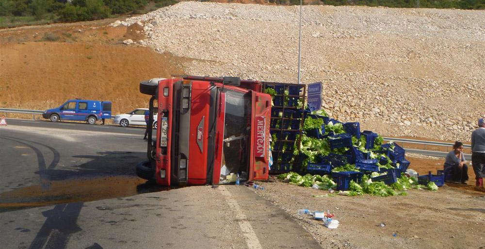 Freni patlayan kamyonet devrildi!