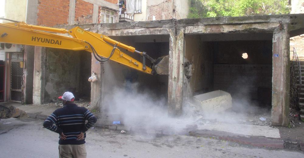 Tehlikeli yapı belediye tarafından yıkıldı!