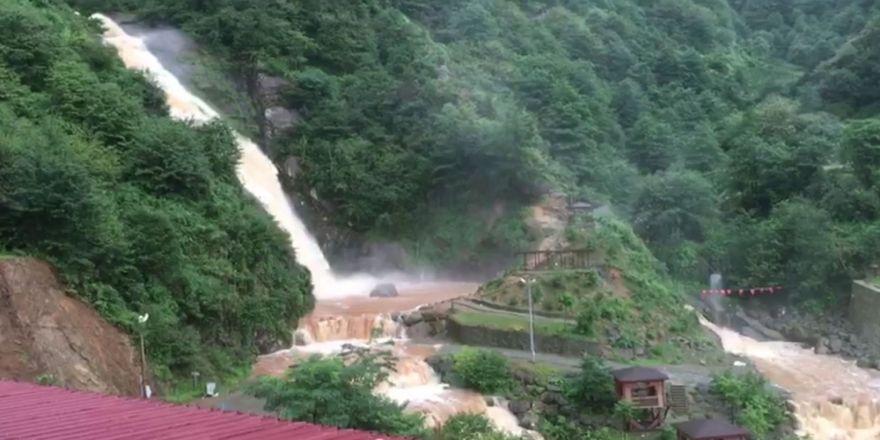 Yağmur sonrası şelaleden su yerine çamur aktı!