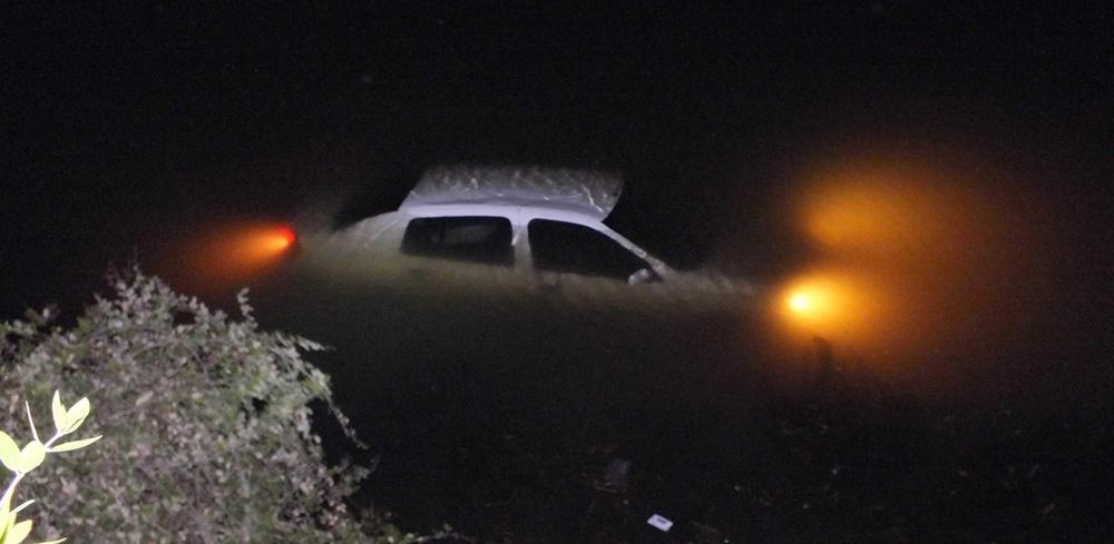 Otomobil sulama göletine gömüldü!