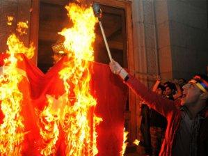 Ermeniler Türk bayrağı yaktı!