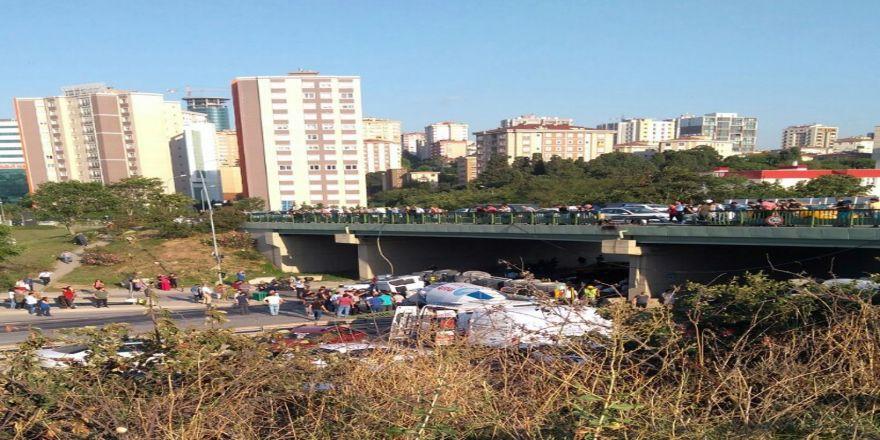Beton Mikseri Köprüden Aracın Üzerine Düştü