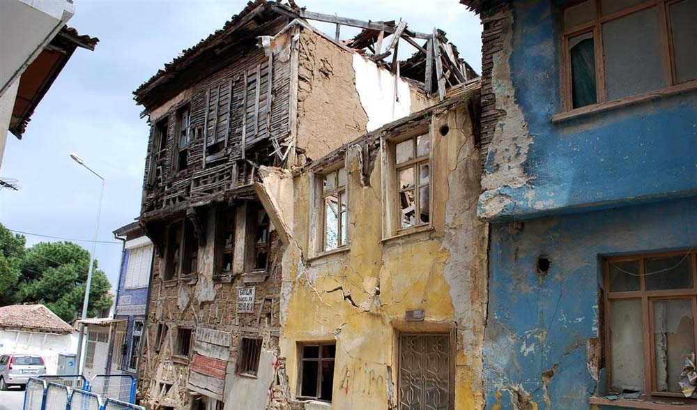 Mudanya'da eski evler tehlike saçıyor!