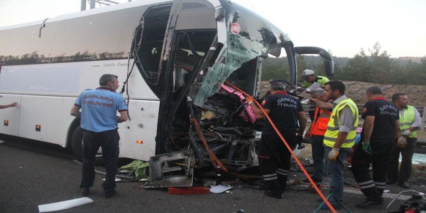 Yolcu Otobüsü İle Kamyon Çarpıştı: 1 Ölü, 21 Yaralı
