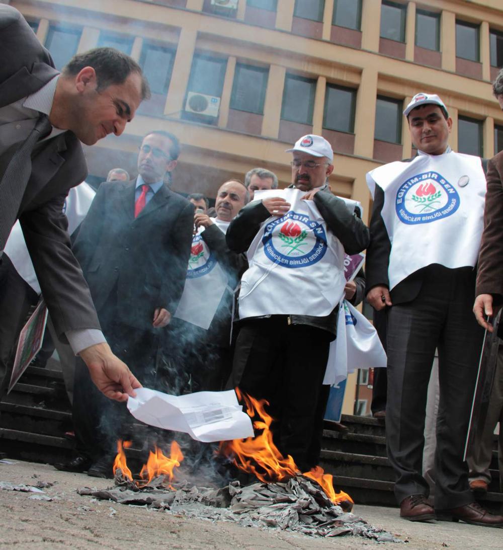 Bursa'da öğretmenler bodrolarını yaktı!