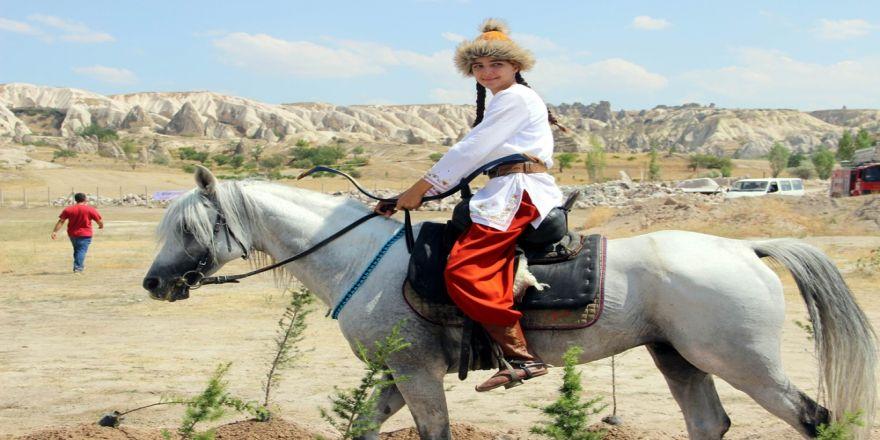 Kapadokya'da Atlı Okçuluk Yarışması