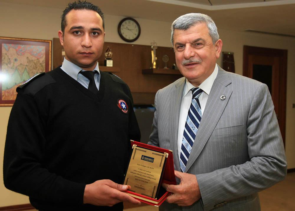 Kahraman güvenlikçiye Başkan'dan ödül!