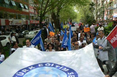 Eğitimciler bakanı protesto etti!