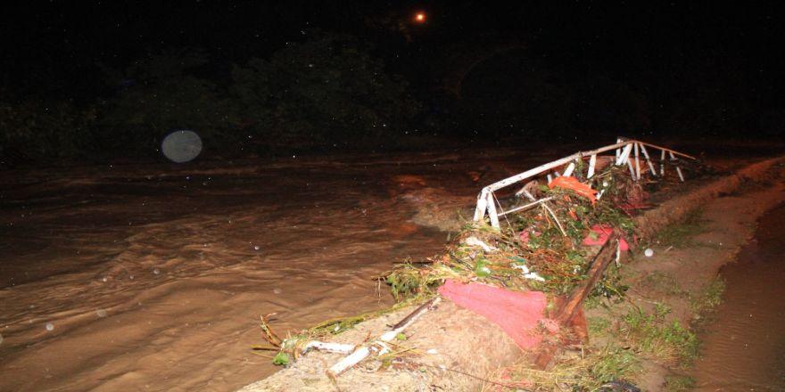 Sel ve heyelan sonucu çok sayıda araç mahsur kaldı