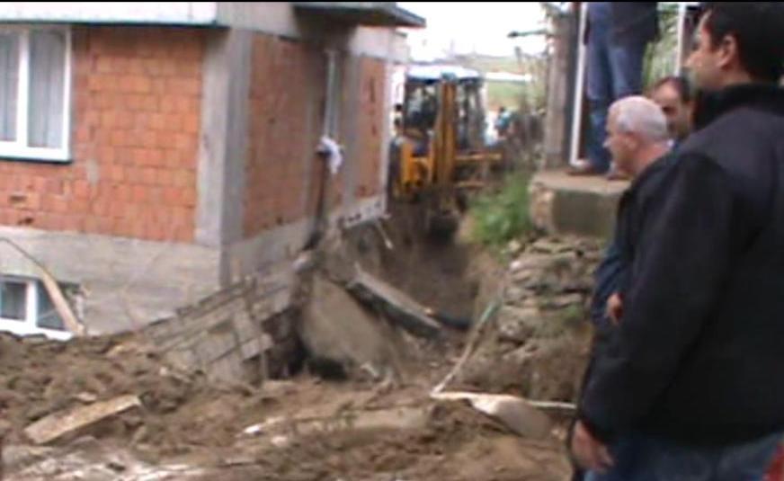 Çayırova'da istinat duvarı çöktü!