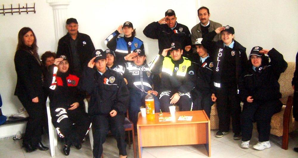 Zihinsel engelli gençler polis oldu!