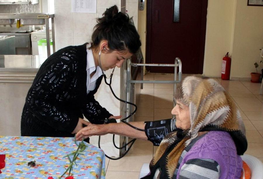 Sağlıkçılardan huzurevi ziyareti!