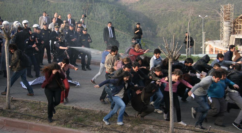Gül protestosuna biber gazlı müdahale!