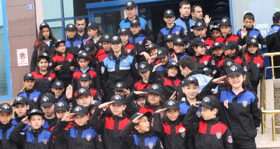Roman çocuklar polislerle tiyatro izledi!