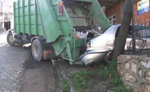 Çöp arabası dehşet saçtı!