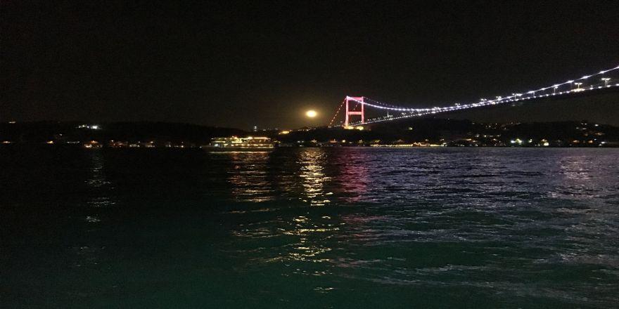 Dolunaylı İstanbul Boğazı Manzarası Mest Etti