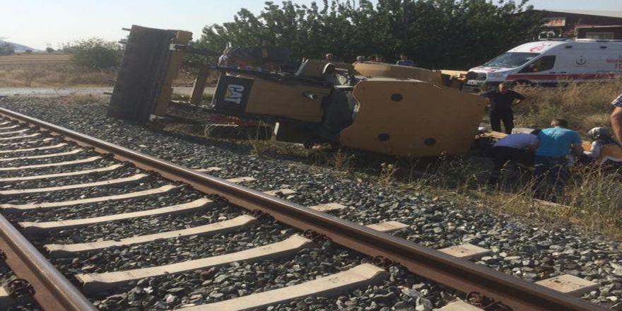 Tren Hemzemin Geçitte İş Makinesine Çarptı