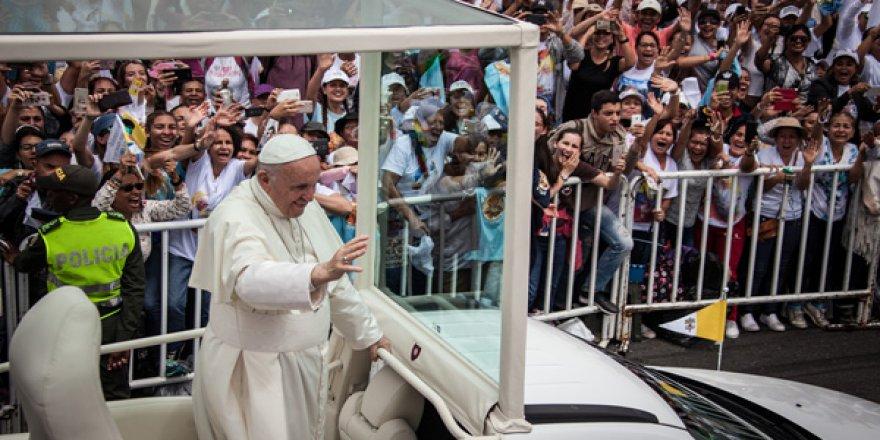 Papa, Kolombiya ziyaretinde kaza geçirdi