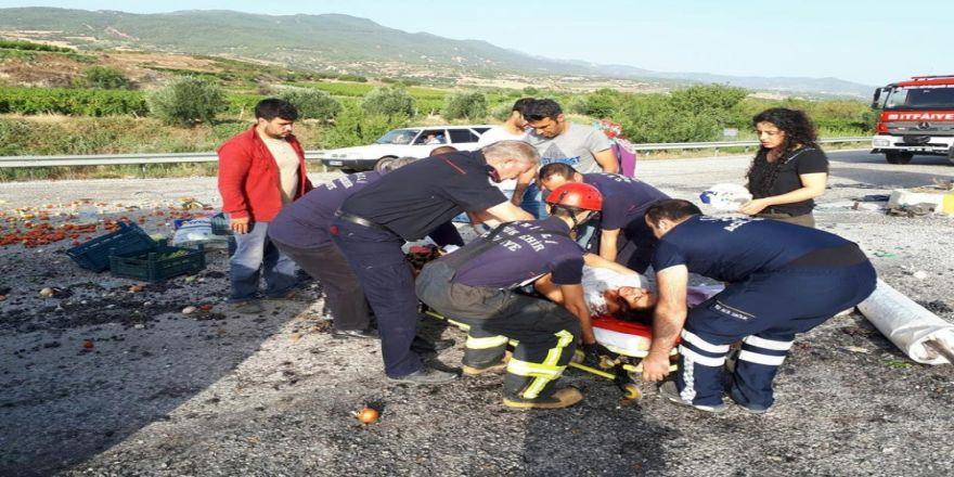 Minibüsler Çarpıştı, Meyveler Yola Saçıldı: 3 Yaralı