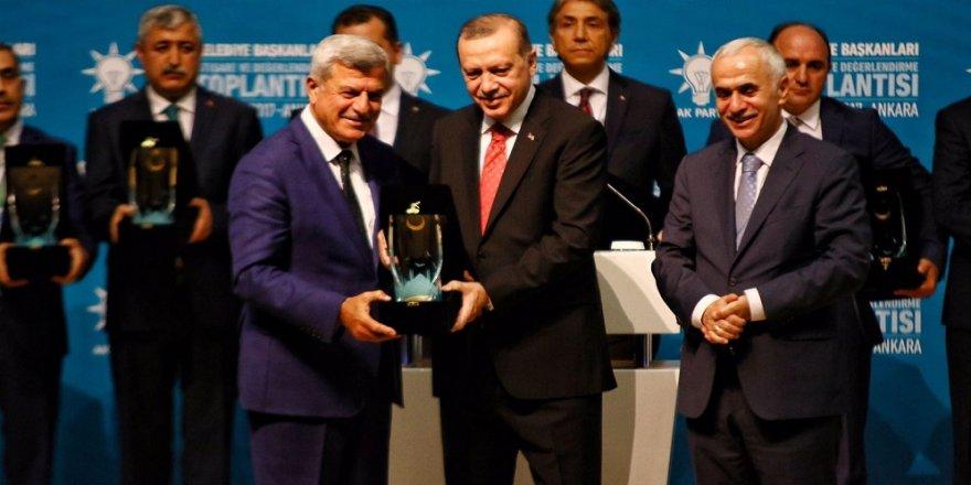 Karaosmanoğlu, ödülü Erdoğan'ın elinden aldı