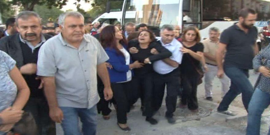 Tutuklu Hdp'li Tuğluk, Annesinin Cenazesine Katıldı