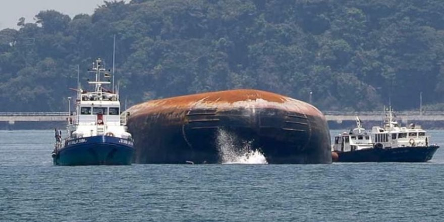 Singapur'da iki gemi çarpıştı!