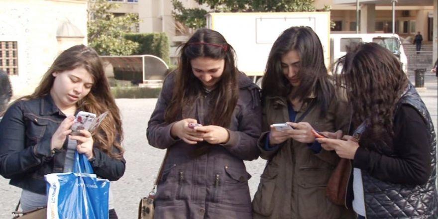 Gençlerin Yarısı Doktordan Önce İnternete Başvuruyor