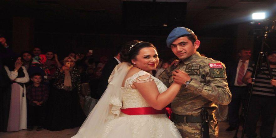 Kendi Düğününe Askeri Üniforma İle Geldi