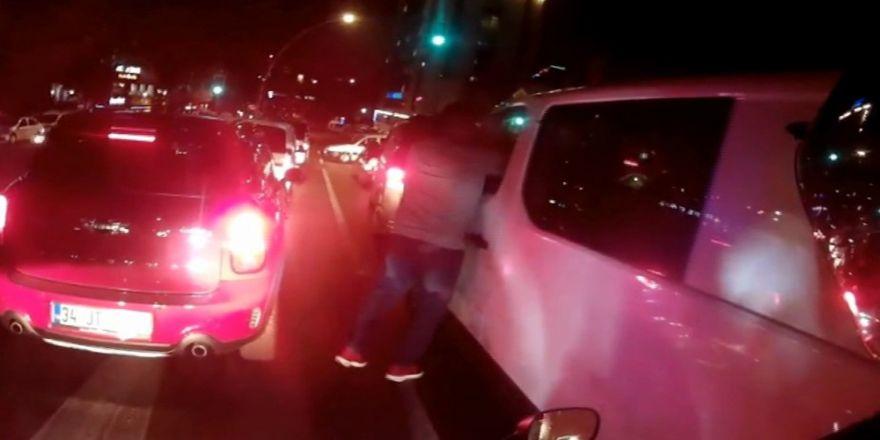 Işıklarda Duran Sürücünün Yumruklu Saldırıya Uğradığı O Anlar Kamerada