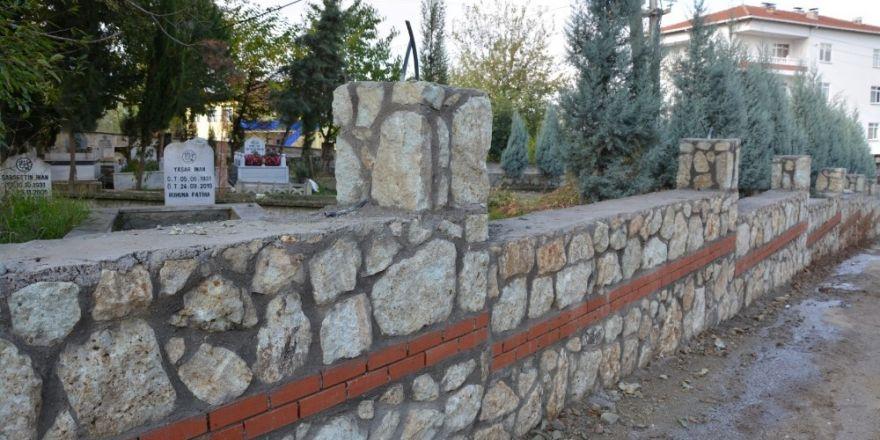 Kartepe'de Mezarlık Duvarı Çalışması Devam Ediyor