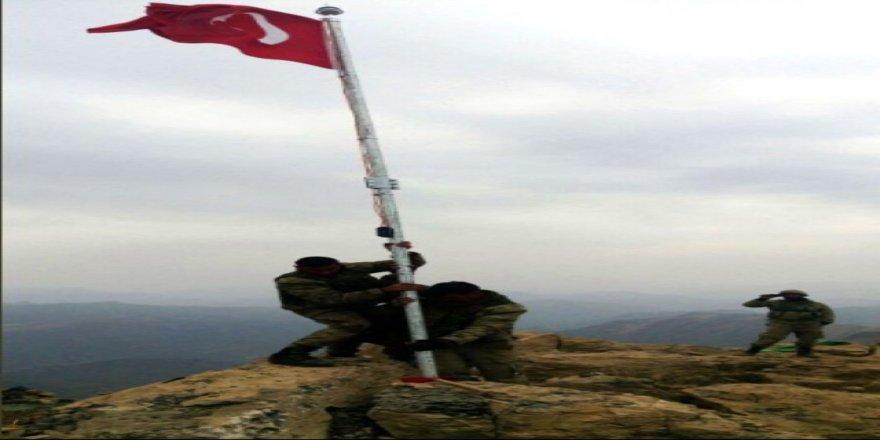 Türk askeri, Kuzey Irak'a bayrağı dikti