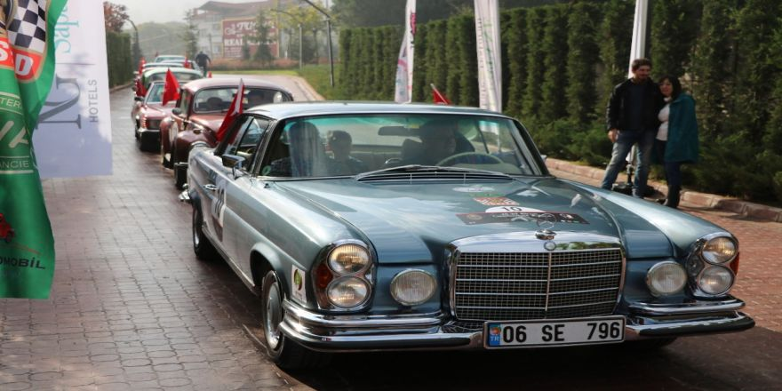Sakarya'da Klasik Araçlarla 'Cumhuriyet Rallisi' Gerçekleşti