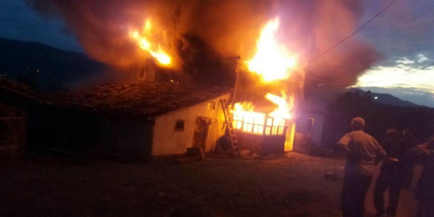 Tüp Patladı, 2 Katlı Ev Yandı