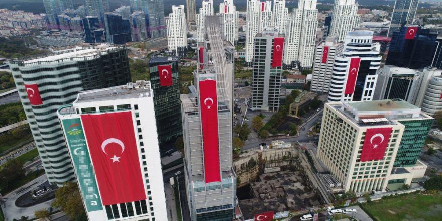 Gökdelenler Dev Türk Bayraklarıyla Donatıldı