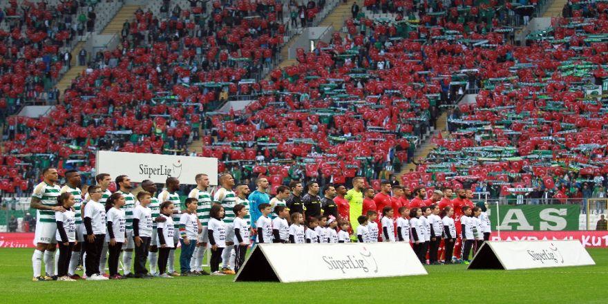 Bursa'da Tribünler Kırmızı Beyaza Boyandı