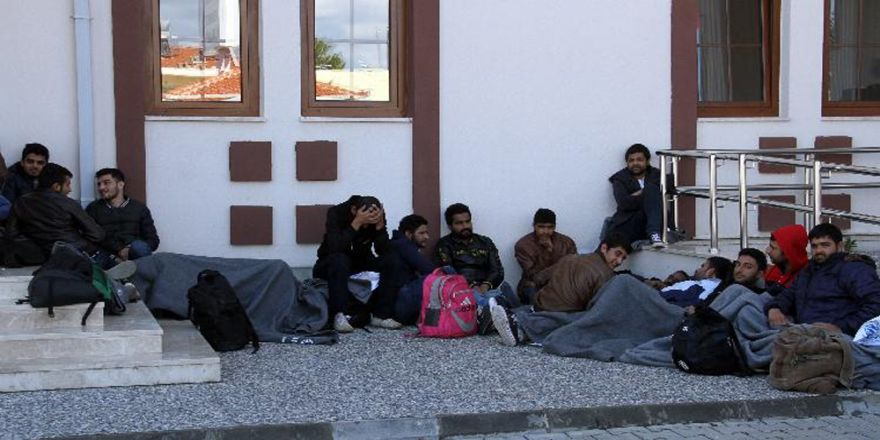 Otobüs Terminalinde 28 Kaçak Göçmen Yakalandı