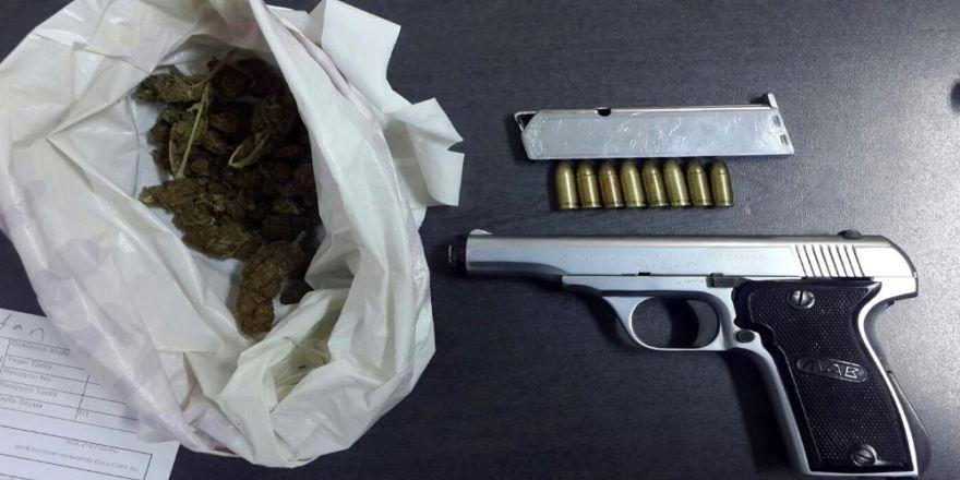 Polisin Şüphelendiği Araçtan Silah Ve Uyuşturucu Çıktı: 2 Gözaltı