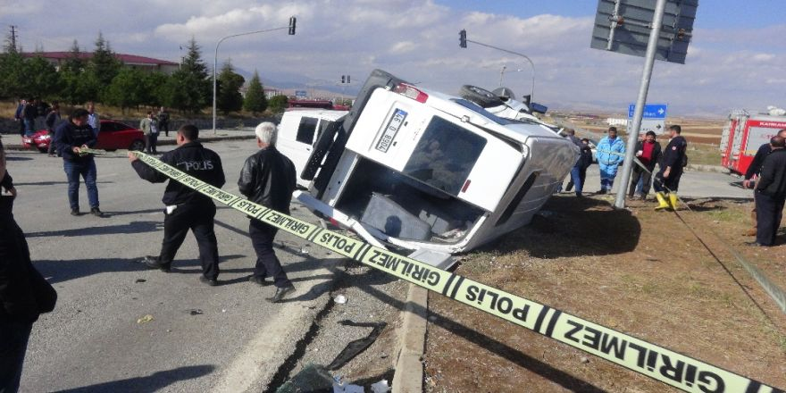 Polis Minibüsü İle Ticari Araç Çarpıştı: 5 Yaralı