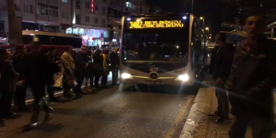 Metrobüs Arıza Yaptı, Vatandaşlar Yola İndi