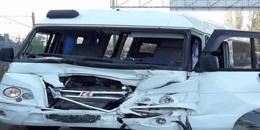 Okul Servisi İle Kamyonet Çarpıştı, 9 Kişi Yaralandı