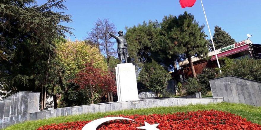Atatürk Heykeli Çevresine Kırmızı Çiçekler