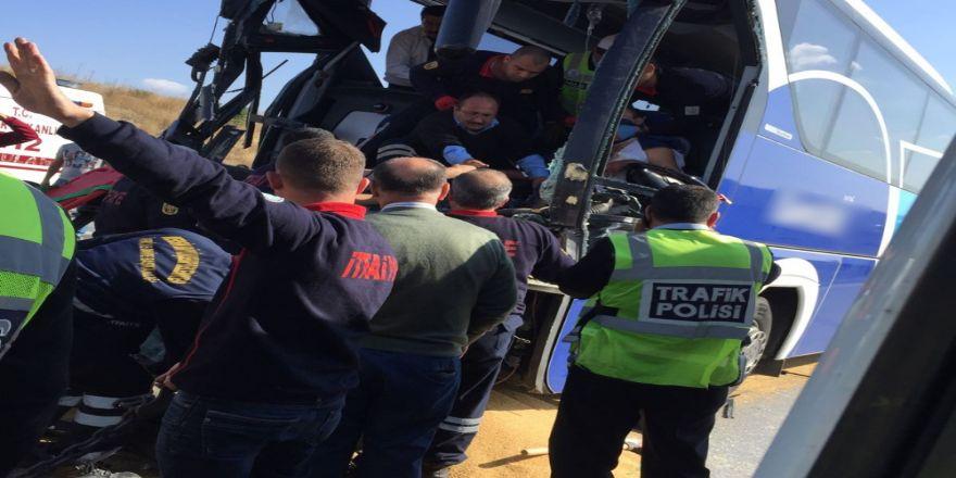 Yolcu Otobüsü Kamyona Çarptı: 1 Ölü, 9 Yaralı