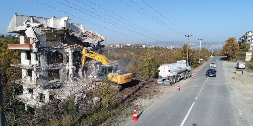 Başiskele'de Metruk Bir Bina Yıkıldı