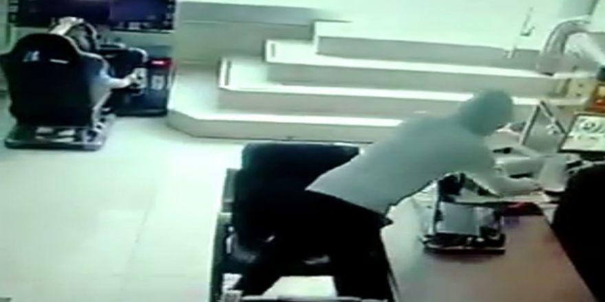 Müşteri Gibi Girdi, Şarjdaki Telefonunu Çaldı