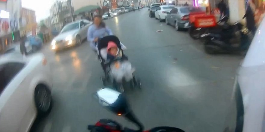 Önüne çıkan bebek arabasına çarptı