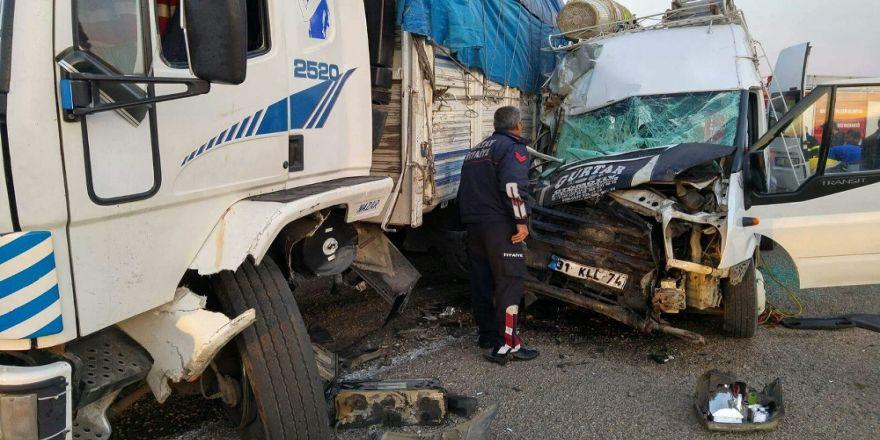 İşçileri Taşıyan Minibüs Kamyonla Çarpıştı: 1 Ölü, 24 Yaralı