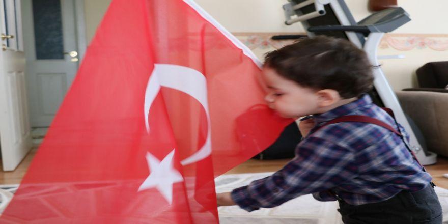 1,5 Yaşındaki Çocuğun Türk Bayrağı Sevgisi